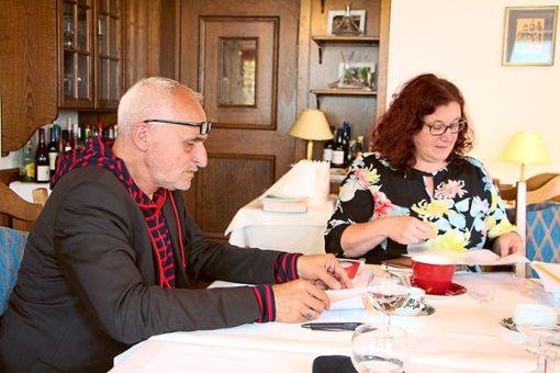 Kurator José F.A. Oliver stellte das Programm für den 21. Hausacher  Leselenz vor, Christiane Agüera Oliver präsentierte die Veranstaltungen für Kinder und Jugendliche.   Foto: Beule