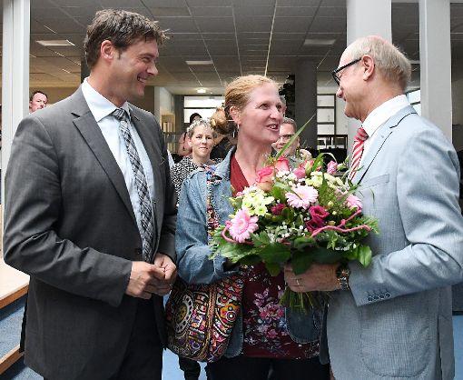 Wolfgang Kronenbitter (rechts) gratuliert Peter und Janet Rosenberger zum Wahlsieg.  Foto: Hopp