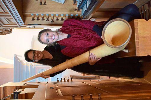 Ana Stankovi  am Alphorn und Carmen Jauch   an der Orgel gestalten die Orgelmusik zur Marktzeit.  Foto: Laub Foto: Schwarzwälder Bote