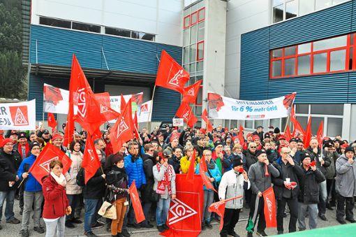 Nichts gefallen lassen wollen sich die 330 Arbeitnehmer aus der Metall- und Elektroindustrie: Sie streiken am Donnerstagnachmittag auf dem Betriebsgelände von Supfina am Schmelzegrün in Wolfach.    Foto: Steitz