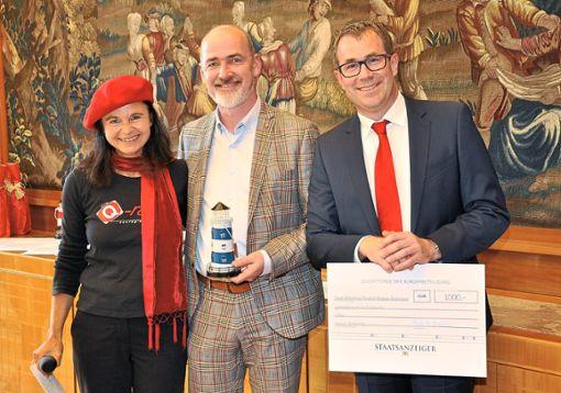Der stellvertretende Bürgermeister Uwe Seeger und Rektor Klaus Ramsaier  (rechts) nahmen  den Preis bei einem Festakt in der Villa Reitzenstein entgegen.  Foto: Stadt Foto: Schwarzwälder Bote