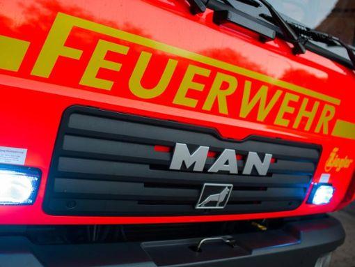 Die Feuerwehr Fluorn-Winzeln rückte mit 18 Feuerwehrleuten und zwei Fahrzeugen aus, um den Müllbrand zu löschen. (Symbolfoto) Foto: Daniel Bockwoldt/Archiv/dpa