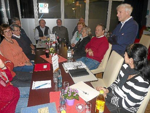 Zum dritten Mal wurde im Mehrgenerationenhaus unter der Leitung von Ernst Zimmermann (stehend) über die Mundart diskutiert.   Foto: W.Maier Foto: Schwarzwälder-Bote