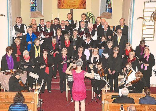 Mit erhebendem Chorgesang verlieh der Kirchenchor dem Doppeljubiläum in der evangelischen Christuskirche Würde.   Fotos: Maier Foto: Schwarzwälder Bote