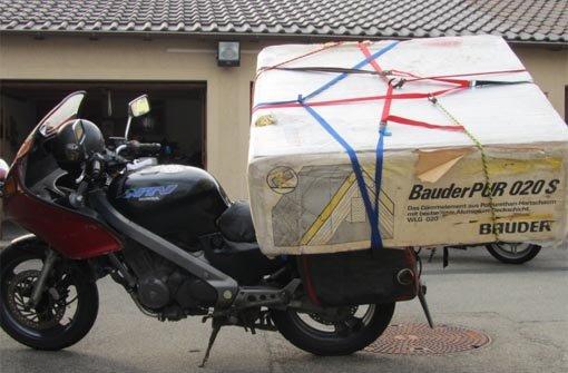Von Tuttlingen nach Stuttgart fahren wollte ein Motorradfahrer mit dieser Ladung. In bBalingen/b aber war Schluss: Die Polizei zog ihn und sein Gefährt aus dem Verkehr.   a href=http://www.schwarzwaelder-bote.de/inhalt.balingen-motorrad-mit-mega-ladung-auf-b-27.53b69782-6b1e-4012-b665-e31335bb8e85.html target=_blankstrongZum Artikel/strong/abr Foto: Polizei