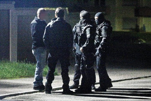 Die Spezialeinsatzkräfte der Polizei und die Bombenentschärfer des Landeskriminalamts bereiten sich in einer Seitenstraße auf den Zugriff in der Wohnung des Suizidgefährdeten vor. Nach knapp sechs Stunden konnte der Mann von den Beamten in Gewahrsam genommen werden, eher er in eine Fachklinik gebracht wurde.    Foto: Marc Eich
