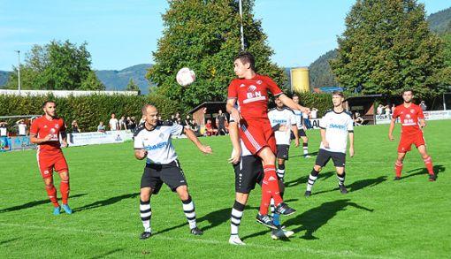 Hofstettens Arian Steiner – hier beim Kopfballversuch – will in Stadelhofen treffen  Foto: Bauer Foto: Schwarzwälder Bote