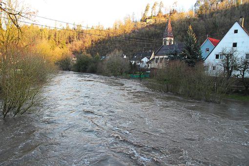 Bedrohlich ist das jüngste Hochwasser noch nicht. Bei einem 100-jährlichen  Ereignis kommt es aber zu Überschwemmungen in der Fischinger Ortslage.  Foto: Steinmetz