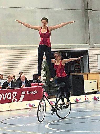 In Wölfersheim waren   Hanna Bothe (auf dem Lenker) und Julia Schondelmaier (dahinter) sicher unterwegs.   Foto: Wurth Foto: Schwarzwälder Bote