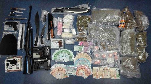 Die sichergestellten Drogen und Waffen nebst Bargeld. Foto: Polizei