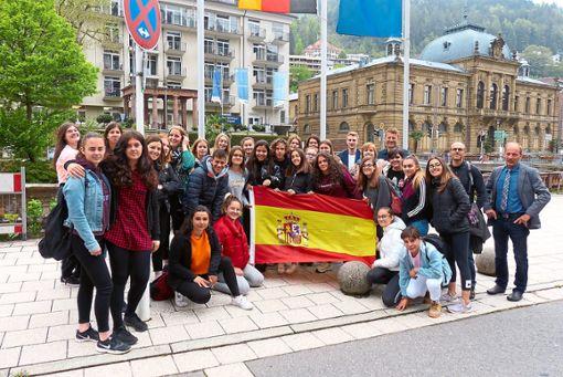 Die spanischen  Schüler sowie ihre deutschen Partner beim Pressefoto vor dem Rathaus, zusammen mit Jochen Borg (rechts), daneben José Maria López Rodriguez, hinten Thomas Powalka.  Foto: Bechtle Foto: Schwarzwälder Bote