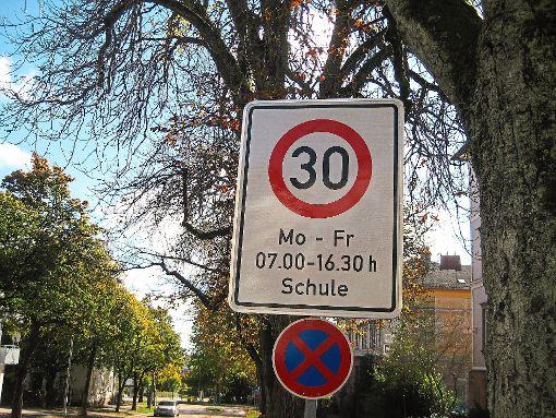 Einige Tempo-30-Bereiche hat die Stadt eingerichtet. Zum Beispiel an der Hartranft-Grundschule.    Foto: Breitenreuter