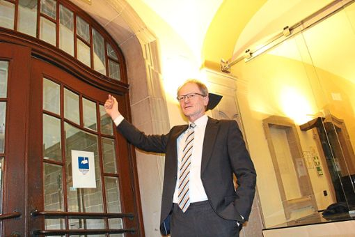 Landgerichtspräsident Dietmar Foth zeigt, was sich am Gebäudeeingang alles ändern wird.   Foto: Schulz