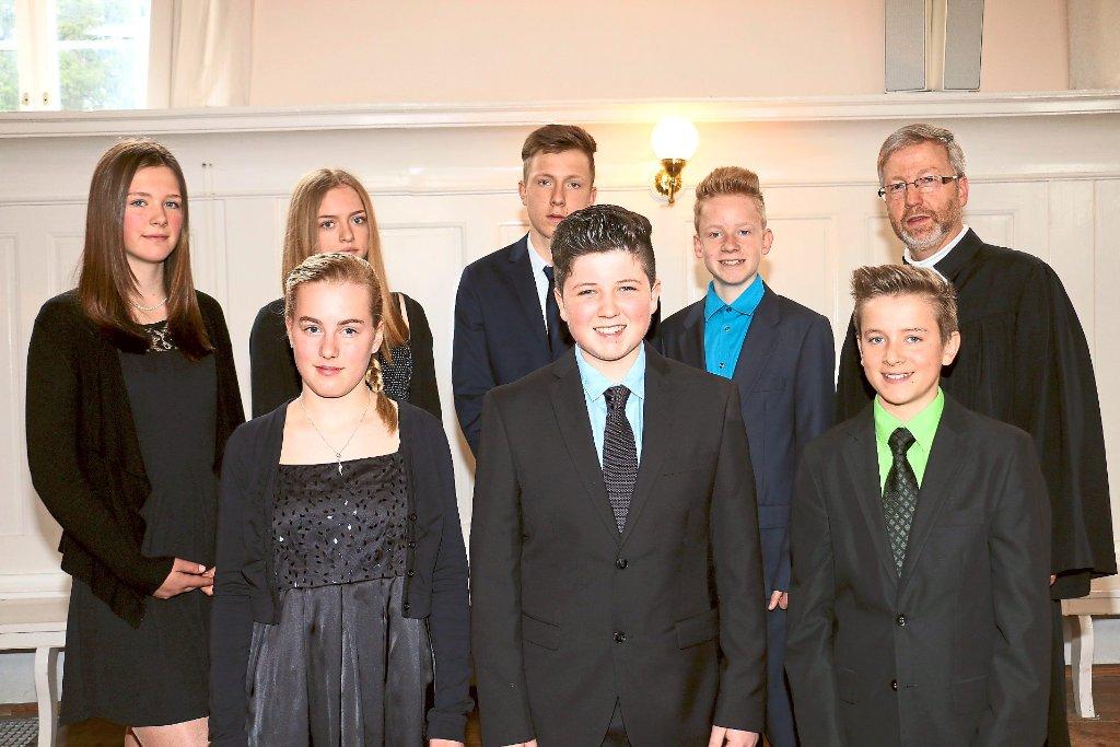 K nigsfeld sieben junge menschen feiern konfirmation k nigsfeld schwarzw lder bote - Konfirmation kleidung jungen ...