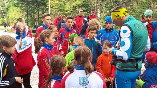 Andreas Katz umringt von Kindern bei der Trainingseinheit auf der Nachtloipe in Kniebis.  Foto: Schwark