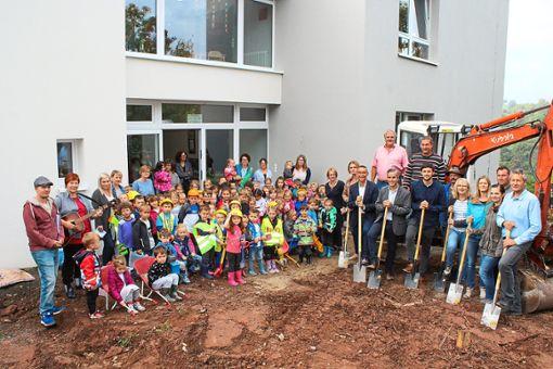 Mit dem traditionellen Spatenstich wurden am Freitag die Arbeiten am Kindergarten der Altensteiger Oberstadt eingeläutet. Die geplante Bauzeit dauert ein Jahr. Gerechnet wird mit Gesamtkosten von knapp 1,4 Millionen Euro.  Foto: Köncke Foto: Schwarzwälder Bote