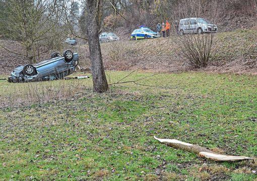 Das Auto ist von der Straße abgekommen, auf den Baum geprallt und dann auf dem Dach liegen geblieben. Foto: Heidepriem