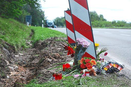 An der Stelle, an der am Freitag fünf Menschen ihr Leben verloren, haben Menschen Blumen niedergelegt und Kerzen angezündet. Foto: Bernklau