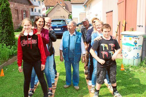 Am Probelauf zum Grasski-Wettbewerb beteiligten sich auch erwachsene Mitglieder der Dorfgemeinschaft Altensteigdorf. Die Gaudi war groß.   Foto: Köncke Foto: Schwarzwälder Bote