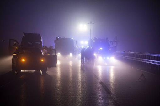 Ein schrecklicher Unfall hat in der Neujahrsnacht auf der B 27 bei strongAichtal/strong einen 39-jährigen Vater und seinen zehnjährigen Sohn aus dem Leben gerissen. Im dichten Nebel hatte sich zuvor ein Auffahrunfall ereignet, mehrere Fahrzeuge und Menschen standen auf der Bundesstraße. Eine herannahende 21-jährige Autofahrerin erkannte dies zu spät und prallte ungebremst in die Menge. 15 Menschen wurden teilweise schwer verletzt. a href=https://www.schwarzwaelder-bote.de/inhalt.aichtal-ungebremst-in-unfallstelle-zwei-tote-auf-b-27.989651a6-35c7-4ced-9862-73b710b3478d.htmltarget=_blankstrongZum Artikel/strong/abr Foto: 7aktuell