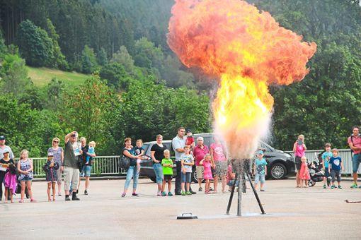 Beeindruckend: Auch eine Fettbrandexplosion gehörte zum Nachmittag bei der Feuerwehr in Baiersbronn.   Fotos: Feuerwehr Foto: Schwarzwälder Bote