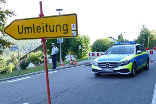 Die Polizei hat auf der gesperrten Straße noch lange nach Spuren gesucht.   Foto: Sabine Zoller
