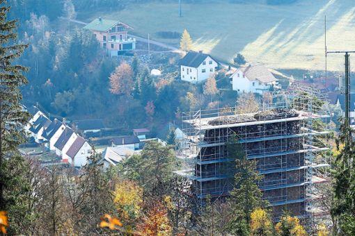 Hammereisenbachs höchste Baustelle ist derzeit die Ruine Neufürstenberg. Im Hintergrund die Bahnhofstraße und Schloßhaldeweg. Foto: Schwarzwälder Bote