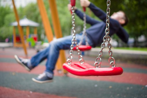 Auf einem Spielplatz waren Eltern in Streit geraten. Das Ganze eskalierte, nachdem die Eltern sich eingemischt hatten. (Symbolfoto) Foto: Aleph Studio/ Shutterstock