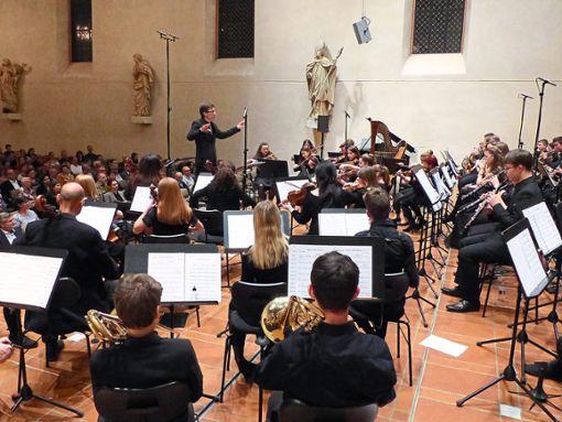 Ein großes Programm mit erstaunlicher Güte bietet das Jugendsinfonieorchester der Jugendmusikschule St. Georgen-Furtwangen unter Dirigent Pascal Pons.   Foto: Kouba Foto: Schwarzwälder Bote