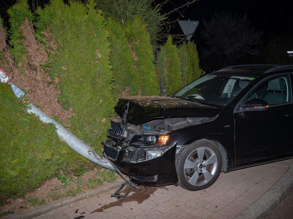 Auto prallt gegen Baum Frau stirbt bei Unfall in Köln-Rondorf