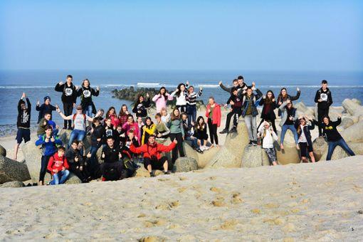 Bild: Die Klassen 7a und b des Gymnasium Meßstetten am Strand von Sylt.  Foto: Seng Foto: Schwarzwälder Bote