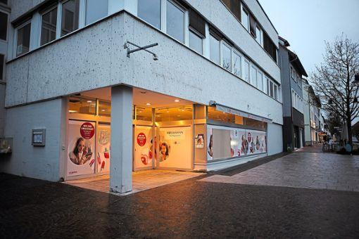 In der früheren Rossmann-Filiale an der Balinger Friedrichstraße geht das Licht nicht aus: Demnächst eröffnet dort eine Niederlassung von Ernsting's family. Foto: Maier