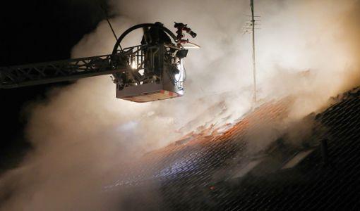 Hochdorf-Unteressendorf: Einsatzkräfte der Feuerwehr sind beim Brand eines Einfamilienhauses im Einsatz und löschen den brennenden Dachstuhl. Foto: Thomas Warnack/dpa