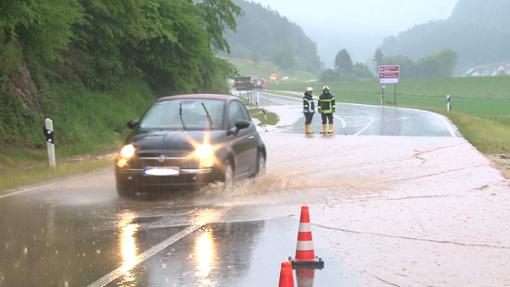 Die Bundesstraße war nach Starkregen überflutet. Foto: Kamera24