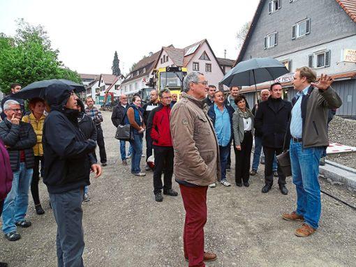 Planer Rainer Christ (vorn rechts) brachte die Gemeinderäte in ihrer Sitzung am Montag bei einem Besichtigungstermin auf den neuesten Stand der Arbeiten bei der Sanierung der Dunninger Ortsdurchfahrt.  Foto: Schönfelder Foto: Schwarzwälder Bote