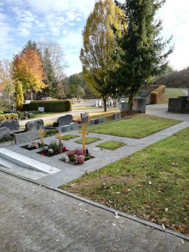 Ordentlich aufgeräumt hat der Dunninger Bauhof auf dem Friedhof auf dem Friedhof in Lackendorf (linkes Bild). An der vom Moos befreiten Leichenhalle wurde sogar eine kleine Sitzgelegenheit geschaffen.  Fotos: Hirt Foto: Schwarzwälder Bote