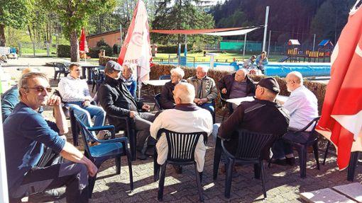 Eine Sanierung des Calmbacher Freibads und eine Hallenbad-Lösung forderten Bürger  in einem   Vor-Ort-Gespräch mit SPD-Kandidaten.   Foto: privat Foto: Schwarzwälder Bote