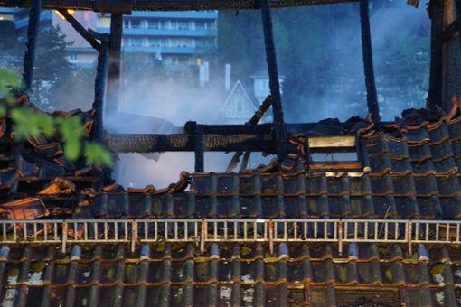 Bei Eintreffen der Feuerwehr schlugen Flammen aus dem Dachstuhl. Foto: SDMG / Gress