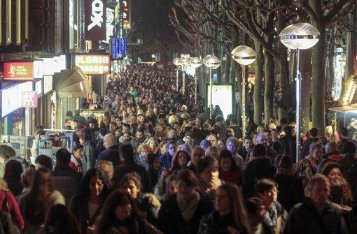 Lange Einkaufsnacht in Stuttgart: Tausende bahnten sich ihren Weg auf der Königstraße. Wie hat es ihnen gefallen? Wir haben uns umgehört. Foto: factum/Granville