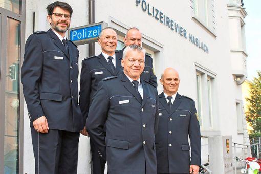Johannes Maier (von links), Martin Ringwald, Volker Mäntele, Frank Zeeb und Hans-Joachim Lauble stellten die Kriminalstatistik für das Kinzigtal vor.   Foto: Störr Foto: Schwarzwälder Bote