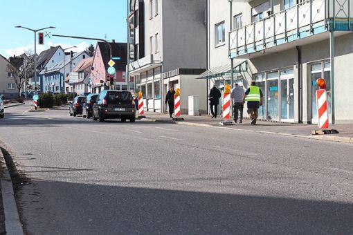 Die Baken werden ab Dienstagmorgen die mittlere Spur der Spittelstraße blockieren, da im Bereich Auf der Lehr das Linksabbiegen in Richtung Marktplatz nicht mehr möglich sein wird. Foto: Pohl