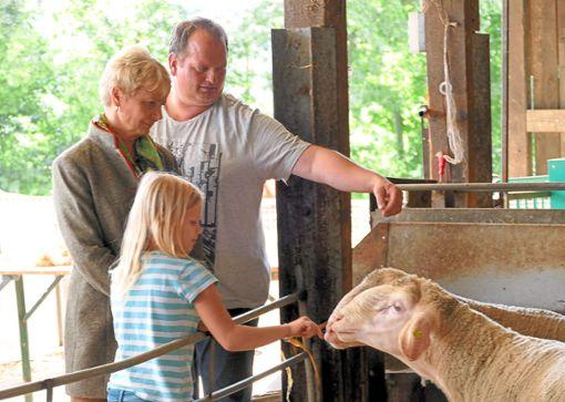 Karl-Martin Bauer und seine Tochter Jule  führten Gurr-Hirsch über den Schafhof.  Fotos: Stadler Foto: Schwarzwälder Bote
