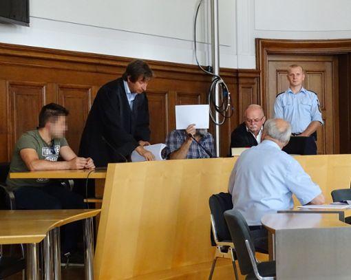 Den beiden Angeklagten (links und Dritter von links) wird eine Einbruchserie zur Last gelegt. Dabei kam eine Beute von fast 127.000 Euro zusammen. Foto: Schönfelder