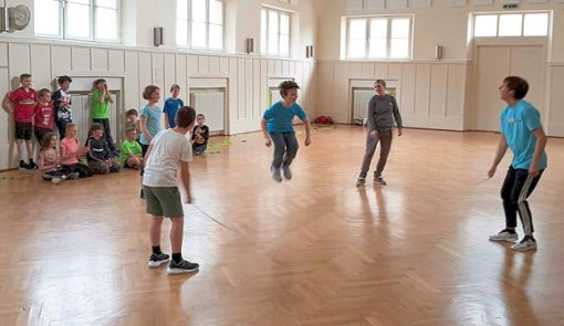 Mit Begeisterung wurde von den Schülern der Friedrichschule beim Programm Skipping Hearts der Deutschen Herzstiftung mit dem Seil gesprungen.   Foto: Heimpel Foto: Schwarzwälder Bote