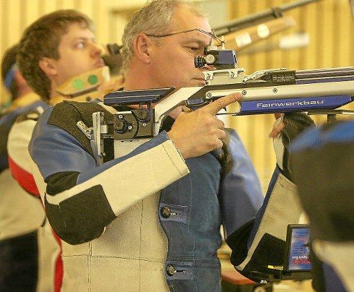 Klaus Kalmbach ist mit der SGi Ebershardt III erster Tabellenführer in der Kreisliga C der Luftgewehrschützen.   Foto: Kraushaar Foto: Schwarzwälder-Bote