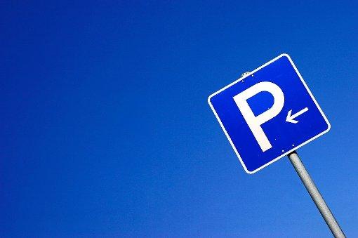 Auf der Suche nach einem Parkplatz hat eine Autofahrerin in Spaichingen ein anderes Auto gerammt. (Symbolfoto) Foto: dpa