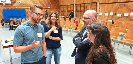 Gespräche  am Rande der Präsentation der einzelnen Arbeitsgruppen. Auch  Bürgermeister  Christoph Enderle (Zweiter von rechts) brachte zum Ausdruck, dass es sich lohnt, sich für den Ort zu engagieren.     Foto: Gemeindeverwaltung Foto: Schwarzwälder Bote