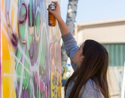 Und los: Ausstellungsbesucher können sich an den im Außenbereich aufgestellten Kuben mit Spraydosen austoben.   Foto: Deregwoski
