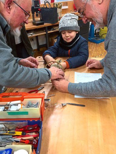 Groß und Klein arbeiten Hand in Hand.  Foto: Veranstalter Foto: Schwarzwälder Bote