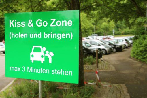 Nur kurz sollen die Eltern auf dem Parkplatz der Grundschule und Werkrealschule verweilen – dazu ruft dieses Schild auf.  Foto: Huger